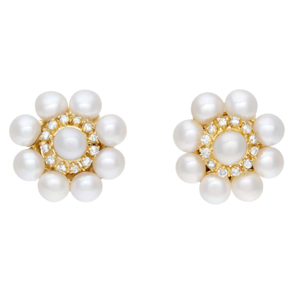 Elegant pair of  pearl earrings with diamonds accents, set in 18K yellow gold. 20mm diameter.