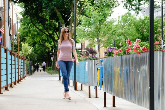 LUXYMOM Katie Farnan Pink Top City Girl Mom Style