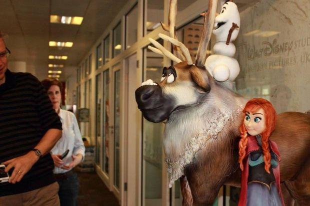 Four-Foot-Sculpted-Disney-Frozen-Cake-940x625