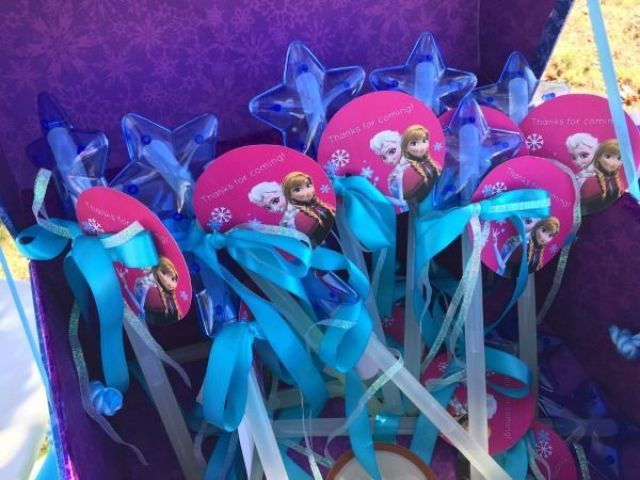 Frozen-Birthday-Party-Ideas-magic-glow-wands-party-favors