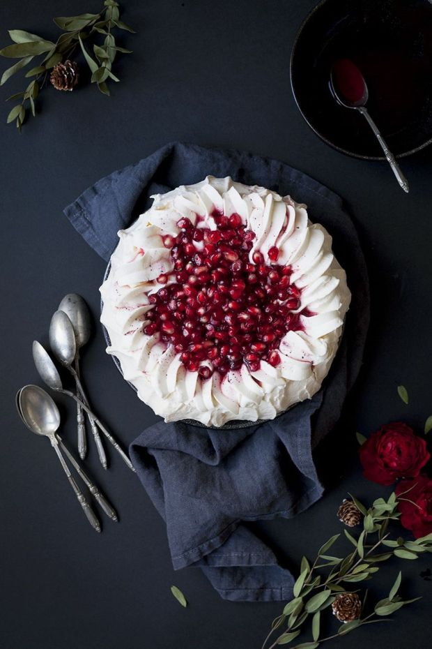 pomegranate-christmas-pavlova-cheap-easy-recipe-for-happy-new-year-party.jpg