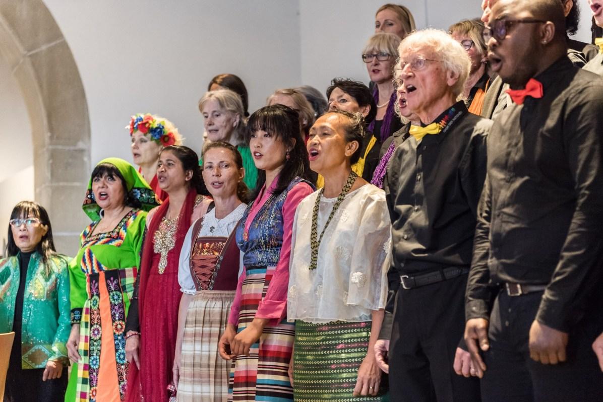 100 aktive Chormitglieder aus rund 30 Nationen bei uns mit, z.B. aus den Philippinen, Bolivien, Kuba, Kolumbien, Kirgisien, dem Iran, dem Kongo, Sri Lanka, Taiwan, Italien, den USA und natürlich auch aus der Schweiz