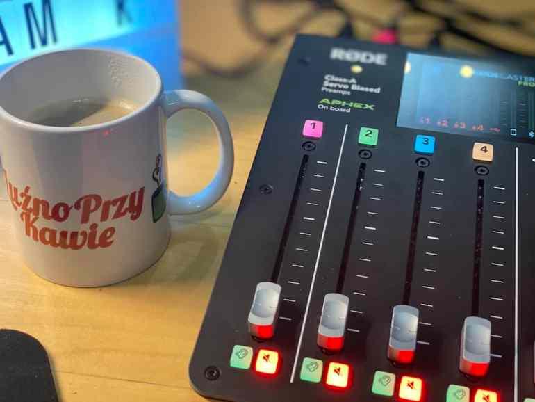 Zdjęcie przedstawiające kubek Luźno Przy Kawie i konsolę RODE Roadcaster PRO. Luźno Przy Kawie - podcast - odcinek 76 - Rafandynka.