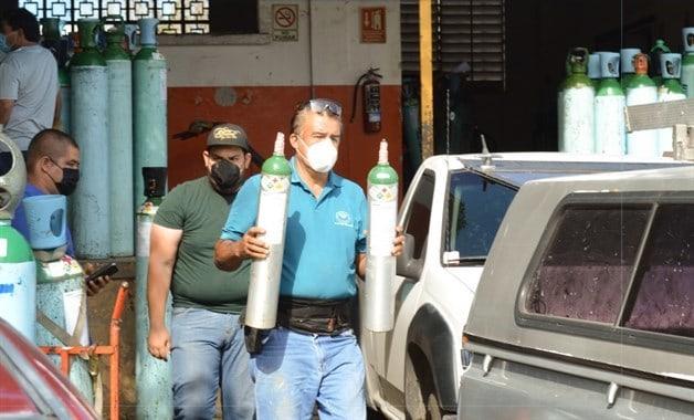 Largas filas por oxígeno no cesan en Culiacán