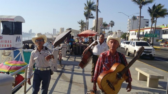 Resultado de imagen de musicos en playas de mazatlan