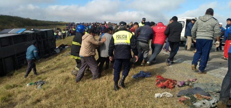 Video del rescate tras el vuelco del ómnibus en Lamadrid