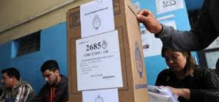 Protesta de autoridades de mesa de la elección del 9 de junio porque todavía no cobraron