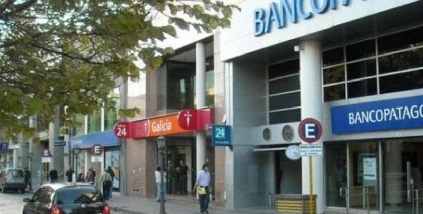 Este lunes los bancos atenderán al público a partir de las 10,30