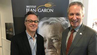 André Lamontagne, ministre de l'Agriculture du Québec, et Yannick Patelli, éditeur de La Vie agricole entourant le portrait de Jean Garon qui trône dans le hall d'entrée de la Maison blanche à Québec.