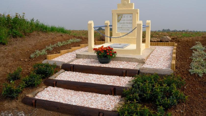 La stèle érigée au martyr René Deconinck restaurée chemin de Semousies à Dourlers. En plus petit, la même avant restauration.  PHOTO LA VOIX