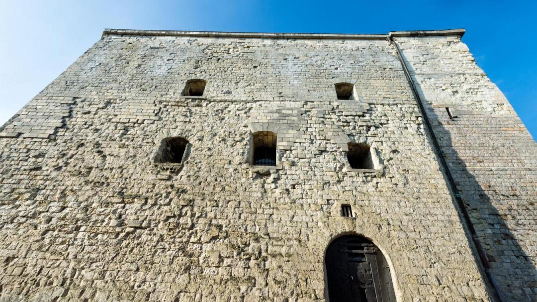 La tour d'Ostrevant vient de découvrir qu'elle avait une soeur cadette, la tour Burbant à Ath