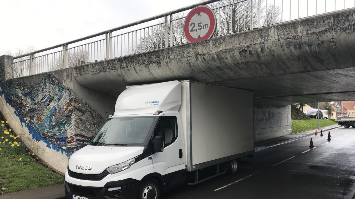 Wimille Et Un Camion De Plus Coince Sous Le Pont De L A16