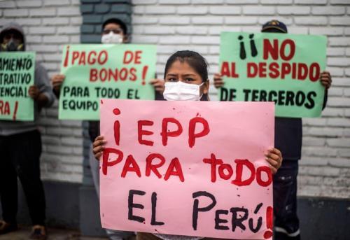 Le personnel de l'hôpital public Hipolito Unanue de Lima exprime son mécontentement face au manque de moyens.