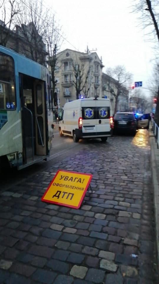 У центрі Львова в машині померла жінка на 5-6 місяці вагітності (ФОТО)