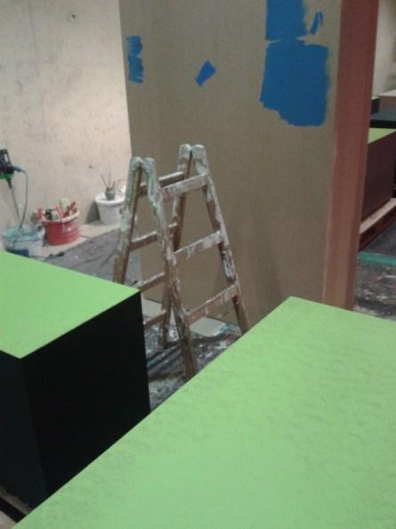 Auch das Blau und das Grün wird an Sockeln und Wänden ausgetestet.