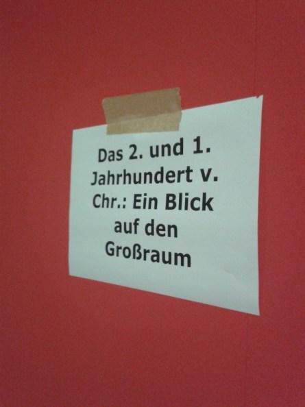 Zur Orientierung werden einfach Blätter mit dem Titel der Wandtexte probegehängt.
