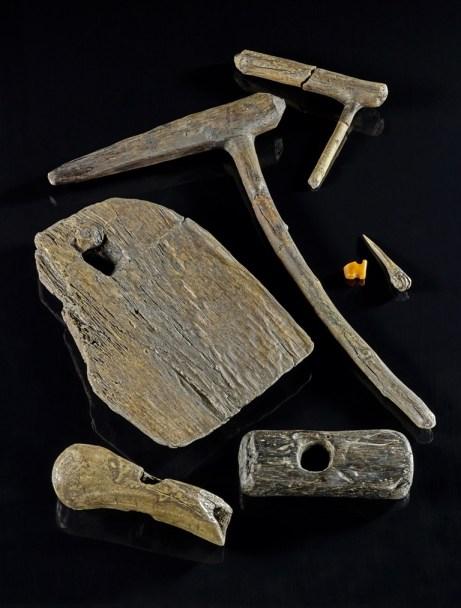 Brunnen von Kückhoven, Eichenholz, Erkelenz-Kückhoven, 5.090 v. Chr. Die Brunnenanlage von Erkelenz-Kückhoven ist das größte bislang geborgene Architekturmonument der Jungsteinzeit in Mitteleuropa. Der im Blockbau aus Eichenholzbohlen errichtete Brunnen war das Herzstück einer jungsteinzeitlichen Siedlung. Er reichte bis zu einer Tiefe von 15 Metern ins Erdreich hinein. Außergewöhnlich gut ist die Erhaltung der hölzernen Gegenstände, die während der Ausgrabungen in dem Brunnen gefunden wurden. Hierzu zählt auch die Bernsteinperle. Foto: Jürgen Vogel, LVR-LandesMuseum Bonn.