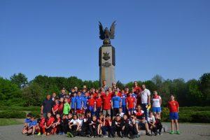 Uczestnicy spotkania pod pomnikiem upamiętniającym historyczny mecz