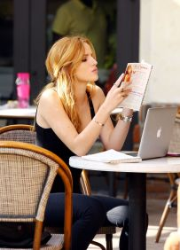 bella-thorne-reading-her-book-autumn-falls-in-los-angeles-november-2014_1