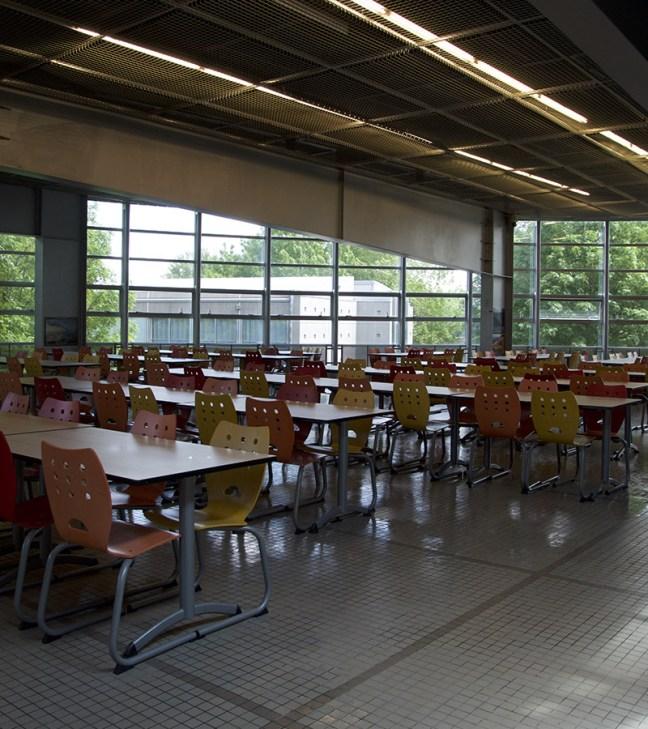 Intérieur du self du lycée La Fayette, à Clermont-Ferrand. Photo par Amandine Meury