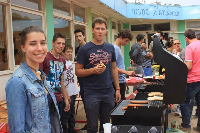 les eleves tiennent le barbecue - lycée montessori de Bailly