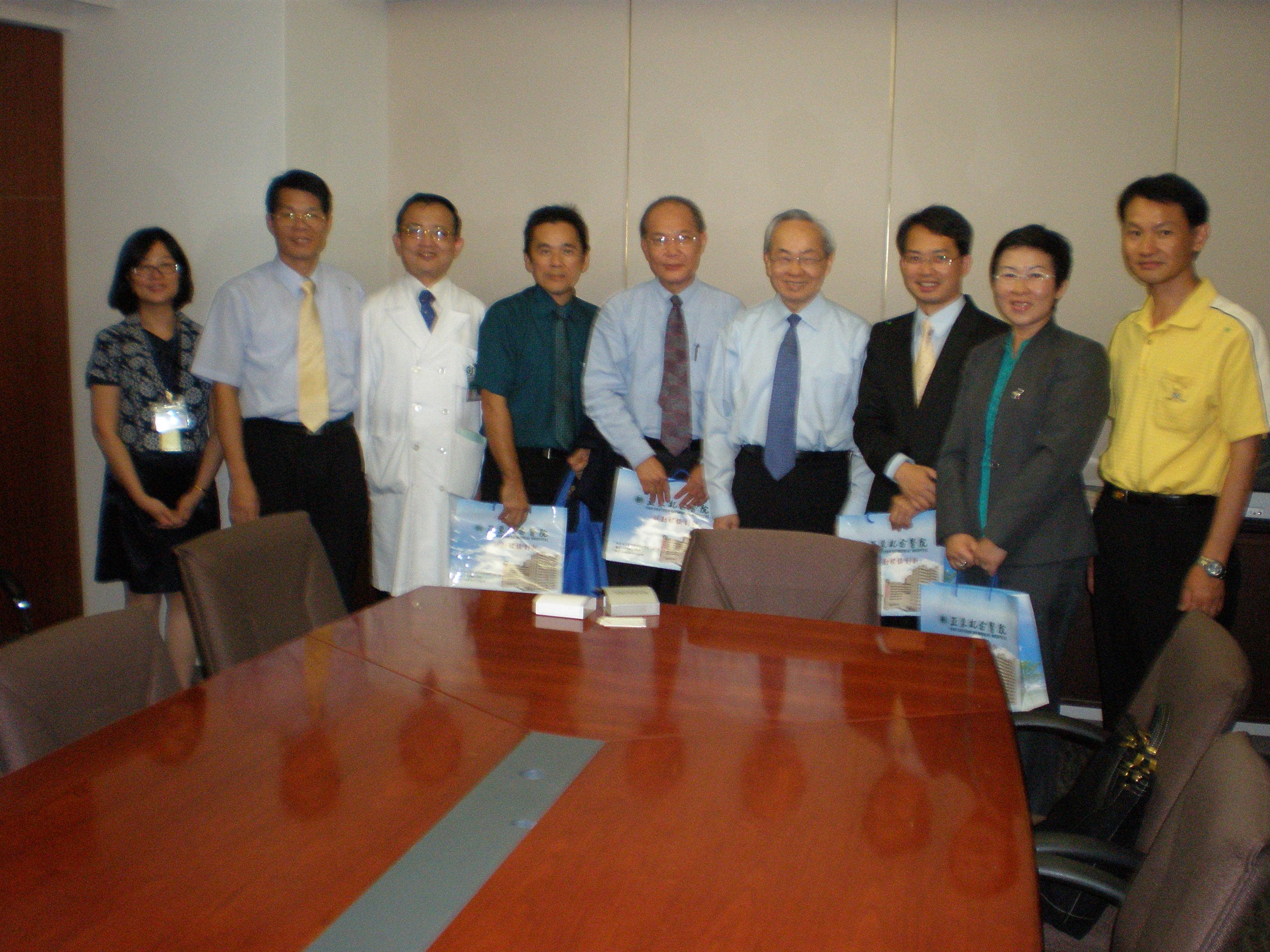 一行人在参观亚东纪念医院时,受到亚洲第一位心脏移植手术医生朱树勋院长(右4)及副院长郑国祥(右3)及亚东技术学院职员等的迎迓。