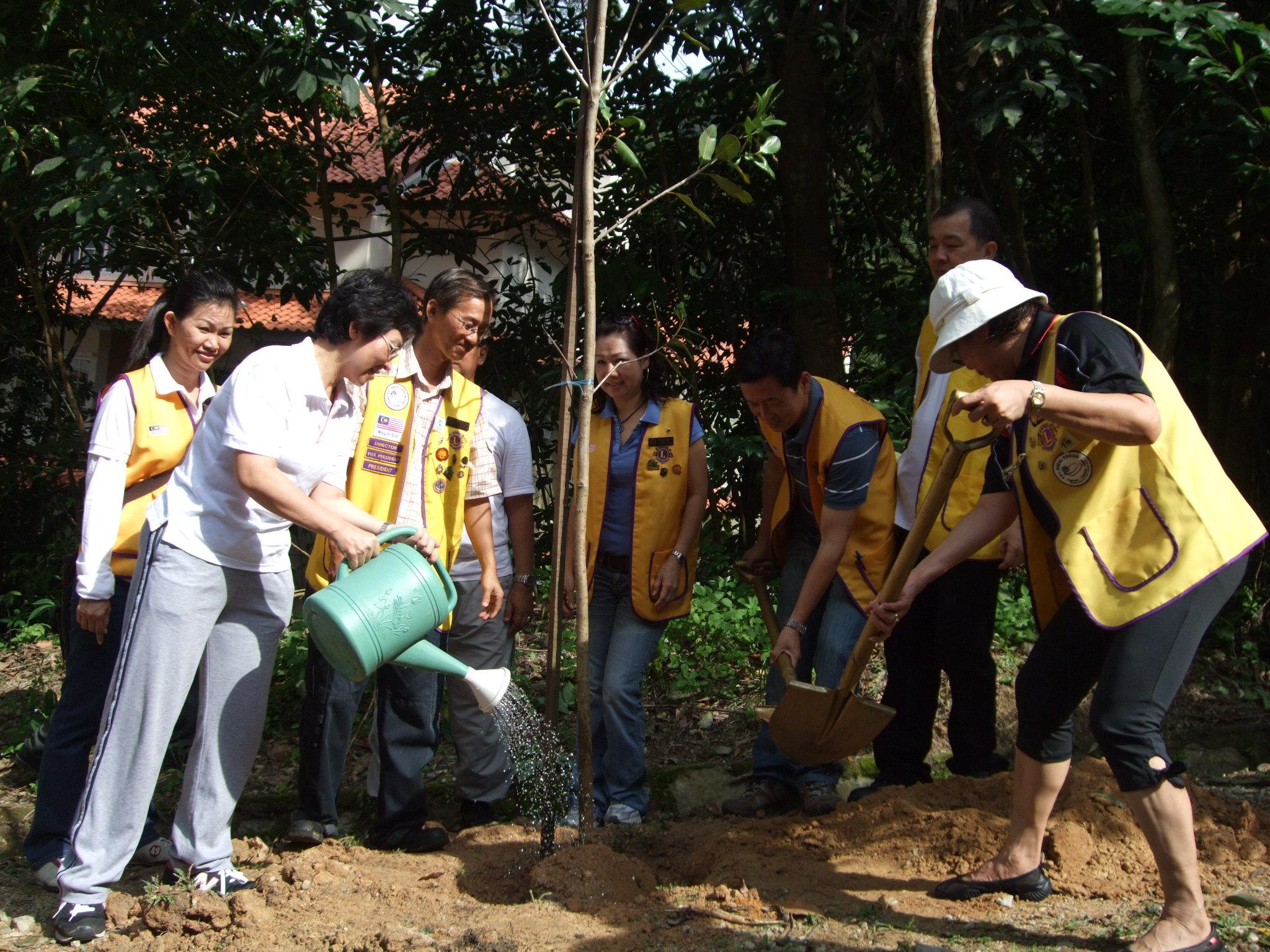 Program gotong-royong & menanam pokok di kawasan mendaki Bukit Jambul