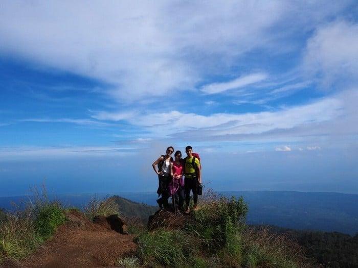 group shot along rest point on the hike - mount rinjani trek