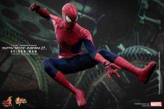 Hot Toys The Amazing Spider-Man 2 - Spidey against backdrop