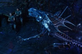 NECA-Alien_Queen figure SCALE with Hicks and Hudson