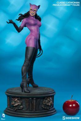 Catwoman premium format figure Sideshow - scale shot