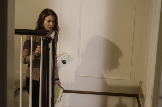 The Walking Dead - Spend - Maggie on the stairs