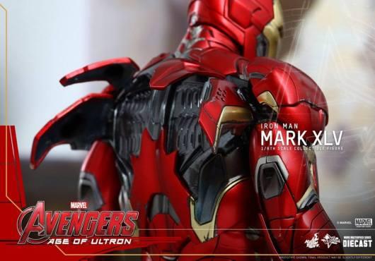 Hot Toys Iron Man Mark XLV figure - back armor