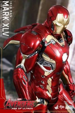 Hot Toys Iron Man Mark XLV figure - side look