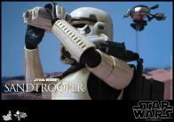 Hot Toys Star Wars Sandtrooper- looking through binoculars