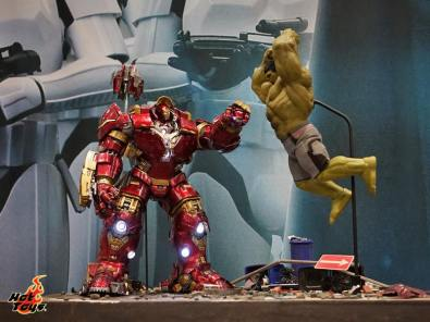 Hot Toys SDCC'15 - Hulkbuster Iron Man vs Hulk