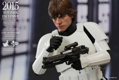 Luke Skywalker stormtrooper disguise Hot Toys -talking to 3P0