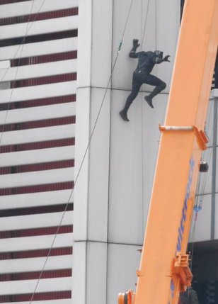 Black Panther set leaks from Civil War- scaling wall