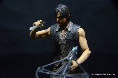 Daryl Dixon Walking Dead deluxe figure -holding knife and crossbow