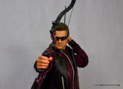 Hawkeye Hot Toys Avengers Age of Ultron - taking aim straight on