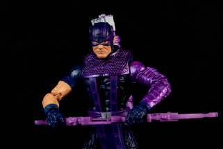 hawkeye-marvel-legends-figure-review -holding bow
