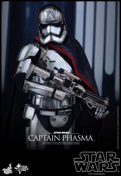 Hot Toys Force Awakens Capt Phasma - close up rifle holding