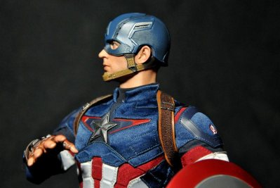 hot-toys-captain-america-age-of-ultron-figure-clutching-shield