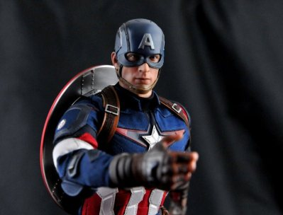 hot-toys-captain-america-age-of-ultron-figure-hand-out