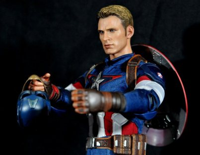 hot-toys-captain-america-age-of-ultron-figure-holding-helmet