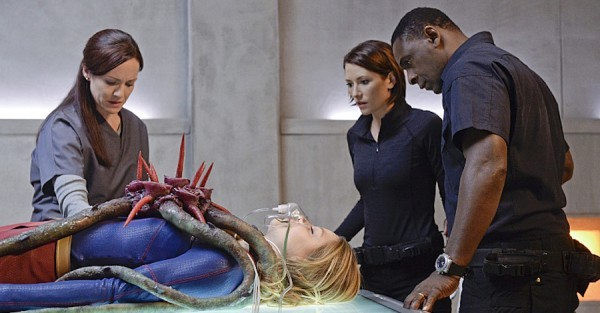 supergirl for the girl who has everything review - supergirl, alex and hank