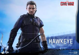 Hot Toys Captain America Civil War Hawkeye figure -feature shot