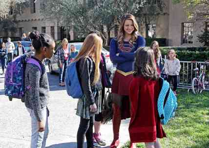 supergirl falling review - supergirl with girls_6