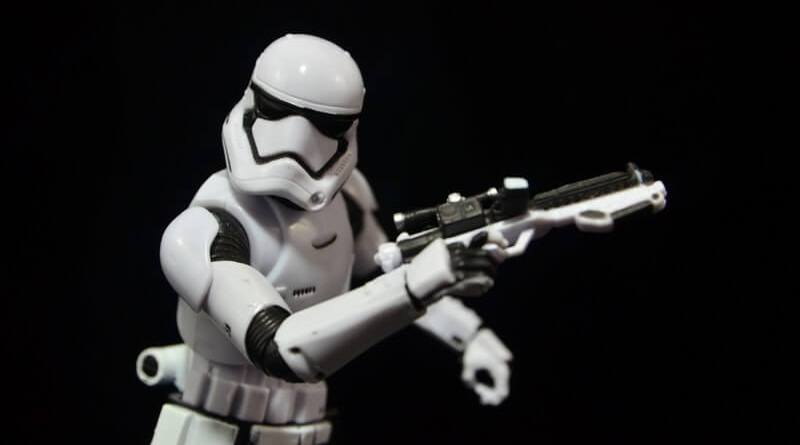 Star Wars The Force Awakens - The Black Series Stormtrooper review -blaster ready-min