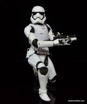 Star Wars The Force Awakens - The Black Series Stormtrooper review -crouching-min